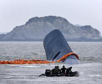 S.Korea probes ferry crew, rescue hampered by tides