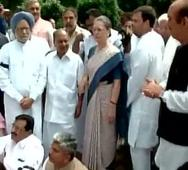Sonia, Manmohan lead protests outside Parl over suspension of Cong MPs