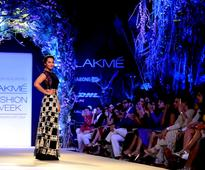 Sonakshi walks the ramp for Manish Malhotra at LFW