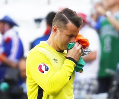 Ireland keeper Given hangs gloves on international career
