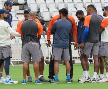 Rediff Sports - Cricket, Indian hockey, Tennis, Football, Chess, Golf - Here's what Shastri told the Indian batsmen