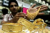 Gold flirts with 5-1/2-year low as dollar lifts on Sept Fed hike view