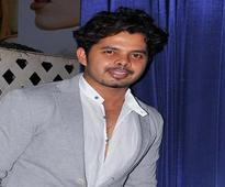 Rediff Sports - Cricket, Indian hockey, Tennis, Football, Chess, Golf - IPL6: Sreesanth gifted another smartphone to a girl