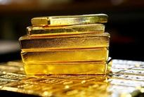 Gold falls 1 pct as euro drops after Italy votes against reform