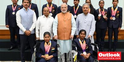 Rediff Sports - Cricket, Indian hockey, Tennis, Football, Chess, Golf - In Pics: PM Narendra Modi Meets Asian Para Games 2018 Medallists