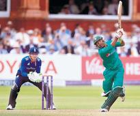 Rediff Sports - Cricket, Indian hockey, Tennis, Football, Chess, Golf - England beats Pakistan by 4 wickets in second ODI