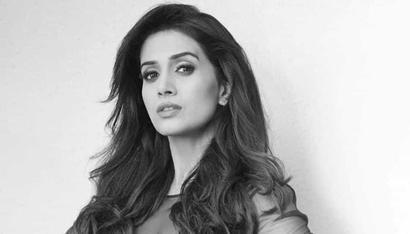 Current Bollywood News & Movies - Indian Movie Reviews, Hindi Music & Gossip - Urmila Matondkar is a diva and I look up to her: Sonali Kulkarni
