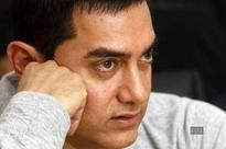 Site to slap Aamir Khan now showers kisses on the actor