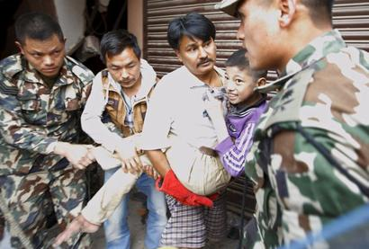 Quake in Nepal leaves trail of destruction, death toll mounts to 2,400