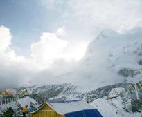 22 climbers dead, 217 missing in quake-triggered avalanche on Mt Everest