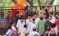 Rahul, Kejriwal, Prasad attend Akshay Singh's cremation