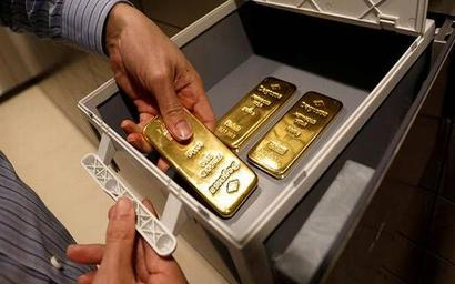 Gold jumps to 7-year high on fears virus will hit global growth