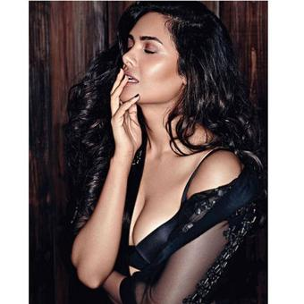 Get ready to be tempted by Esha Gupta`s mesmerizing look!