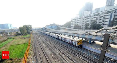 3 commuters fall from Mumbai local trains, 1 dies