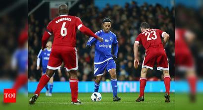 At 40, star Ronaldinho falls from the sky