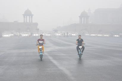 Delhi Wakes Up to Chilly Morning as Light Showers Predicted in City, AQI Falls to Poor Category
